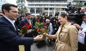 Τα λουλούδια στην Kυρία από μένα… (video)