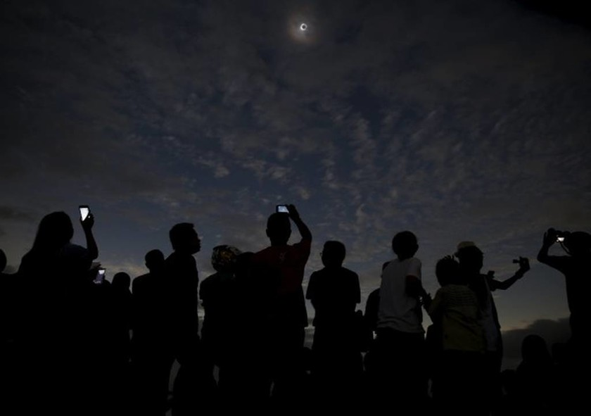 Απίστευτες φωτογραφίες από την ολική έκλειψη ηλίου (videos)