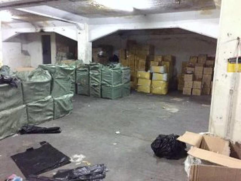 Μοσχάτο: Δύο συλλήψεις σε αποθήκη με προϊόντα-«μαϊμού» (pics)