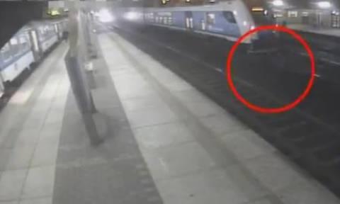 Σοκαριστικό βίντεο: Προσπάθησαν να διασχίσουν τις γραμμές και σώθηκαν από θαύμα