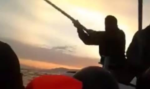Βίντεο - σοκ από βάρκα προσφύγων: H Τουρκική ακτοφυλακή τους χτυπάει με καδρόνια μεσοπέλαγα!