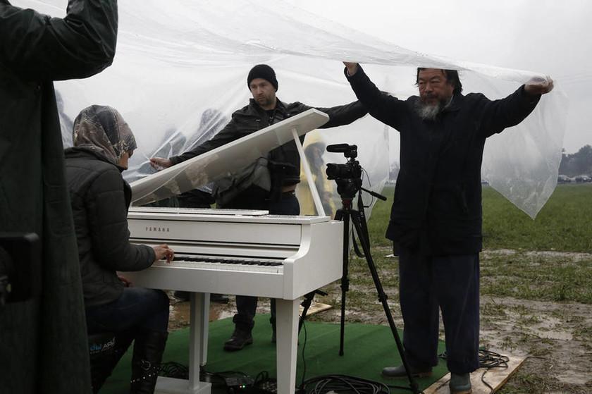 Η Τέχνη νίκησε το πόλεμο - Νεαρή Σύρια έπαιξε πιάνο στον λασπότοπο της Ειδομένης (vid&pics)