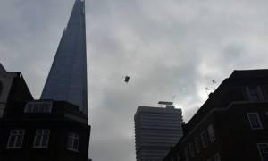 «Βούτηξε» με αλεξίπτωτο από το ψηλότερο κτήριο του Λονδίνου (vid)
