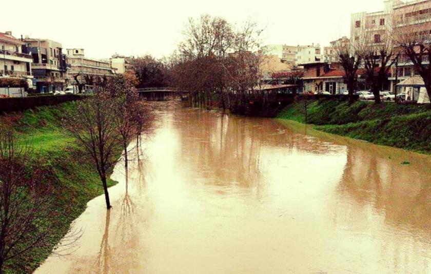 Συναγερμός στα Τρίκαλα: Καταρρακτώδεις βροχές – Υπερχείλισε ο Ληθαίος (pics)