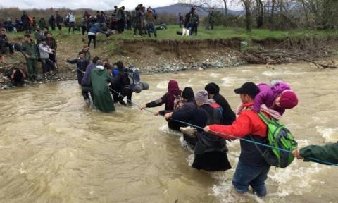 Συγκλονιστικές εικόνες: Πρόσφυγες περνούν χέρι - χέρι ποτάμι στην Ειδομένη