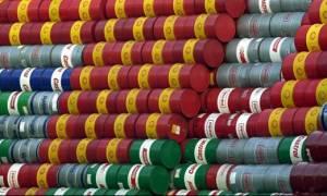 Η υπερπροσφορά ρίχνει τις τιμές του πετρελαίου