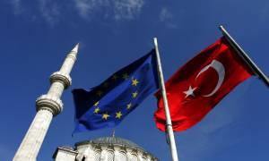 Κομισιόν για Τουρκία: Στο τραπέζι το άνοιγμα των ενταξιακών κεφαλαίων και η απελευθέρωση της βίζας