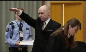 Προκαλεί ξανά ο Μπρέιβικ: Χαιρετά ναζιστικά και μηνύει τη Νορβηγία για απάνθρωπες συνθήκες κράτησης