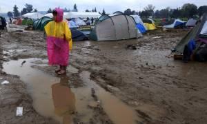 Προσφυγικό: Ξεπερνούν τις 43.000 οι εγκλωβισμένοι στη χώρα - Απελπισία στη λασπωμένη Ειδομένη