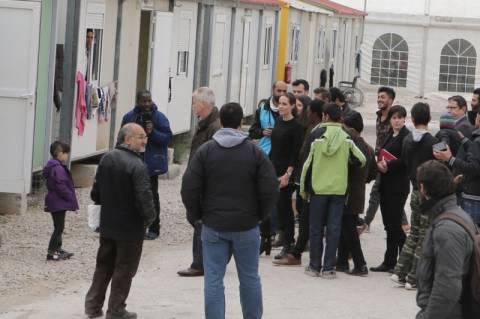Σε Πειραιά και Ελαιώνα αγκαλιά με τους πρόσφυγες η Αντζελίνα Τζολί (photos - video)