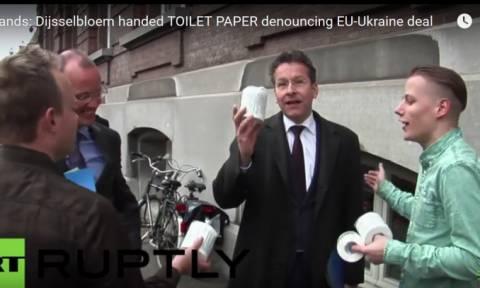 Έδωσαν χαρτιά τουαλέτας στον έκπληκτο Ντάισελμπλουμ έξω απ' την ολλανδική Βουλή (vid)