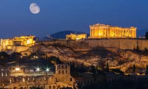 Έτσι ήταν το κέντρο της Αθήνας το βράδυ της Καθαράς Δευτέρας – Οι εικόνες που κάνουν θραύση