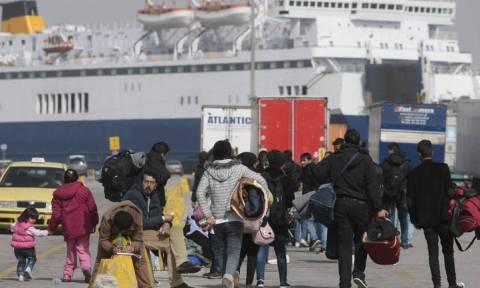 Μόνο ένα πούλμαν αναχώρησε με μετανάστες και πρόσφυγες από τον Πειραιά για το Λαύριο