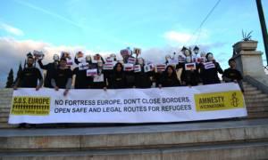 Προσφυγικό: Μια συμβολική κίνηση στην πλατεία Συντάγματος ενόψει της Συνόδου Κορυφής