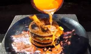 Δεν φαντάζεστε τι θα συμβεί αν ρίξεις καυτό χαλκό σε ένα Big Mac! (video)