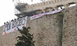 Πανό στην Ακρόπολη υπέρ του ανοίγματος των συνόρων για τους πρόσφυγες (photos)