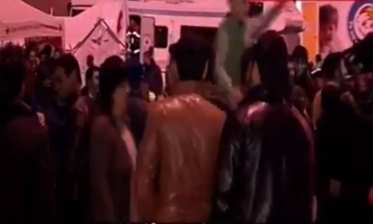 Πειραιάς: Χοροί και τραγούδια από τους πρόσφυγες γιατί νόμιζαν πως άνοιξαν τα σύνορα (vid)