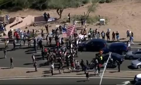 ΗΠΑ: Μπλόκο διαδηλωτών κατά Τραμπ σε προεκλογική συγκέντρωση (vid)