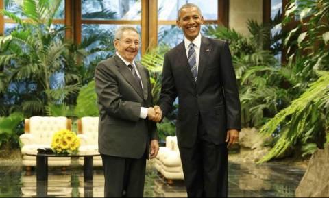 Ιστορική συνάντηση Ομπάμα - Ραούλ Κάστρο (pics+vid)