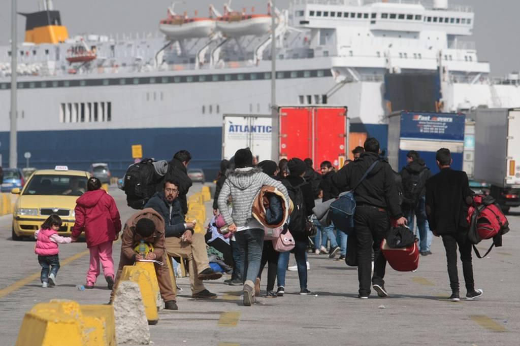 Από τον Πειραιά στο Μεταγωγών 150 μετανάστες με κλούβα της αστυνομίας