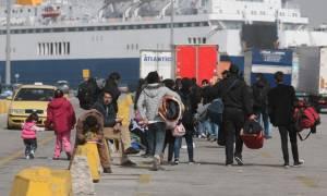 Από τον Πειραιά στο Μεταγωγών 150 μετανάστες με κλούβες της αστυνομίας