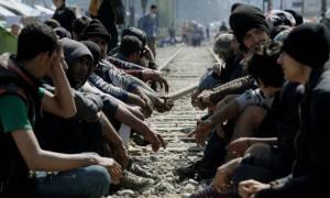 Μαζική κατάληψη των σιδηροδρομικών γραμμών από πρόσφυγες στην Ειδομένη