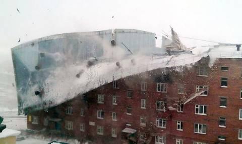 Απίστευτες εικόνες: Ισχυροί άνεμοι ξηλώνουν τεράστια μεταλλική οροφή! (vid)