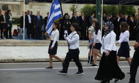 Πρωτοφανές: Μαθήτρια παρέλασε με μαντήλα στην Αθήνα! (pics)