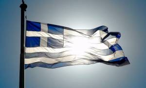 O 76χρονος Λαμιώτης που ρισκάρει τη ζωή του για την ελληνική σημαία (vid)