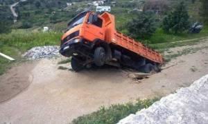 Απίστευτο: Δρόμος «κατάπιε» φορτηγό στη Σύρο!
