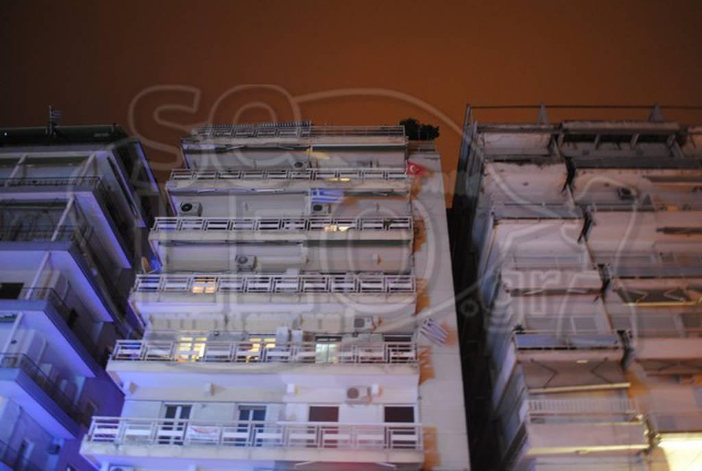 Θεσσαλονίκη: Ένοικος κρέμασε στο μπαλκόνι του σημαία της Τουρκίας! (pics)