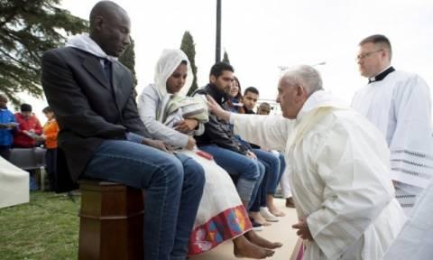 Ο Πάπας Φραγκίσκος έπλυνε τα πόδια προσφύγων! (pics)