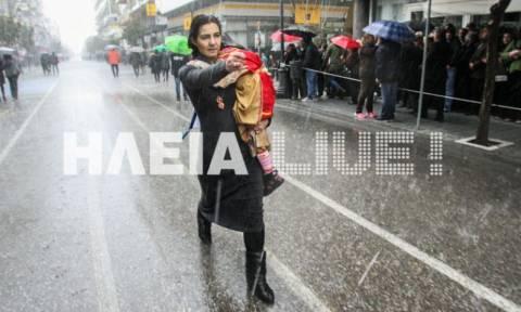 Πύργος: Μία μάνα έκανε παρέλαση κρατώντας το παιδί της αγκαλιά!