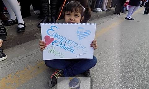 25η Μαρτίου - Λέσβος: Πρόσφυγες σήκωσαν πλακάτ στην παρέλαση που έγραφε «Ευχαριστούμε Ελλάδα» (vid)