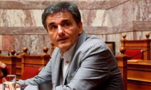 Κίνητρα για τις ηλεκτρονικές συναλλαγές υποσχέθηκε ο Τσακαλώτος