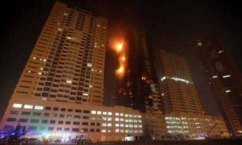 Μεγάλη πυρκαγιά σε δύο ουρανοξύστες στα ΗΑΕ - Δείτε το συγκλονιστικό βίντεο της φωτιάς