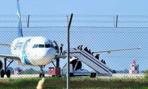 Αεροπειρατεία Λάρνακα: Καρέ-καρέ η στιγμή που όμηροι ξεφεύγουν από το αεροσκάφος (videos)