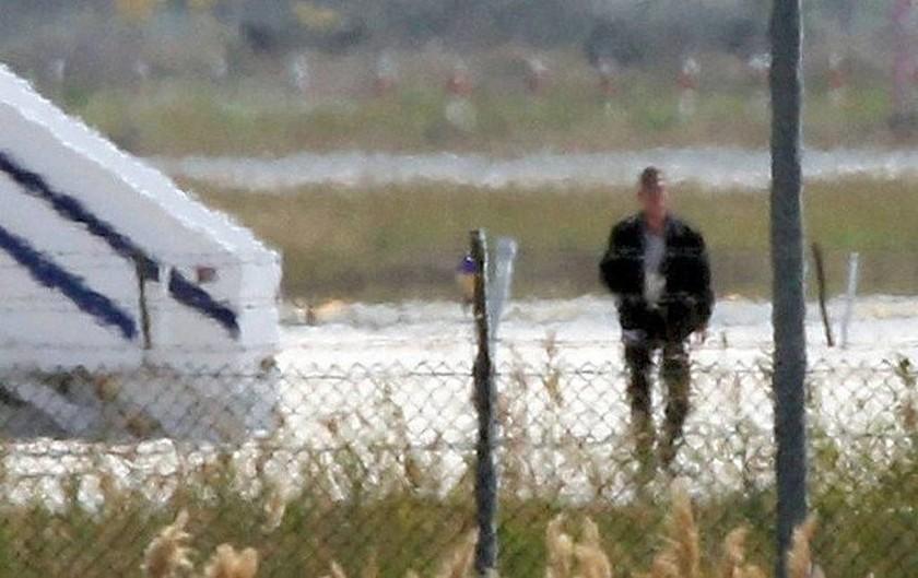 Αεροπειρατεία στην Κύπρο: Η στιγμή που ο αεροπειρατής βγαίνει για να παραδοθεί