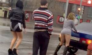 Η πιο σέξι παρεμπόδιση της κυκλοφορίας: Δείτε τι έκαναν Ρωσίδες στη μέση του δρόμου (video)
