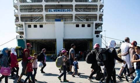 Μεταφέρονται 420 πρόσφυγες από τον Πειραιά σε κέντρα φιλοξενίας