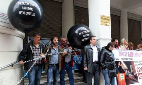 Οι εργαζόμενοι στα δημόσια νοσοκομεία κατέλαβαν το υπουργείο Υγείας - Αλυσοδέθηκαν στην είσοδο