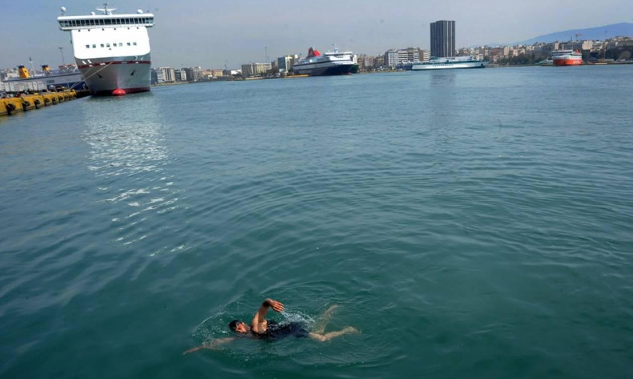 Βουτάνε στο λιμάνι του Πειραιά για να κάνουν μπάνιο οι πρόσφυγες!  (pics)