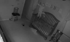 Ό,τι πιο ανατριχιαστικό έχετε δει: Δαιμονισμένο μωρό ουρλιάζει ακροβατώντας πάνω στην κούνια! (vid)