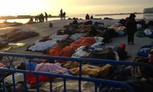 Χίος: Αρνούνται να μετακινηθούν οι πρόσφυγες από το λιμάνι - Εικόνες διάλυσης στο hot spot (videos)