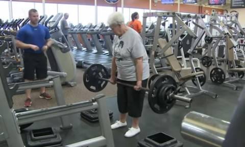 ΗΠΑ: Η 78χρονη «πρωταθλήτρια» άρσης βαρών (video)