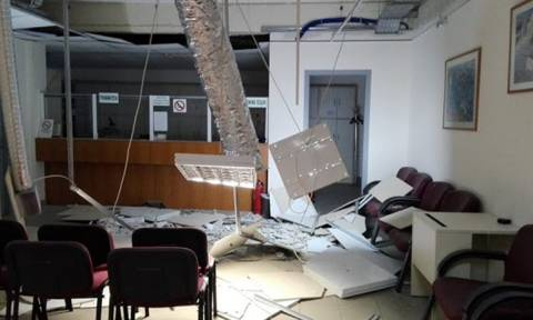 «Βομβαρδισμένο» το ΙΚΑ Ζωγράφου - Κατέρρευσε η οροφή