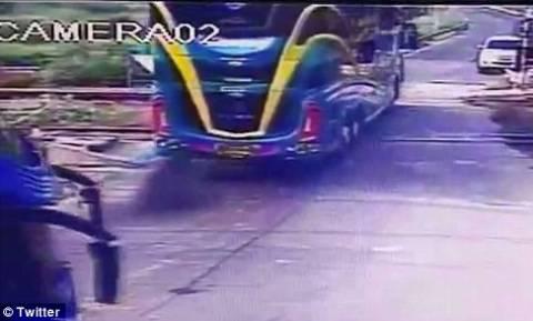 Συγκλονιστικό βίντεο: Τρένο κόβει στα δύο τουριστικό πούλμαν ακινητοποιημένο στις ράγες