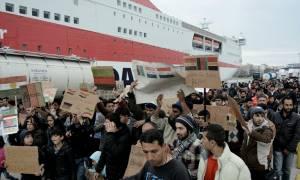 Αρνούνται να φύγουν από το λιμάνι του Πειραιά οι πρόσφυγες