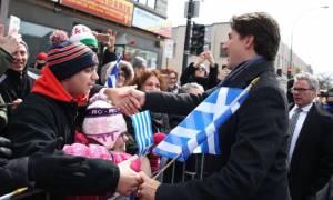 «Zito Hellas!»: O πρωθυπουργός του Καναδά γιόρτασε με τους ομογενείς κρατώντας ελληνική σημαία