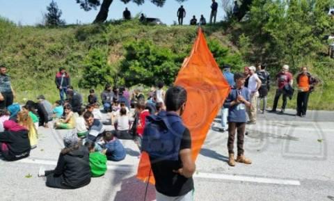 Επεισόδιο μεταξύ οδηγού και προσφύγων στο μπλόκο της Ε.Ο. Θεσσαλονίκης - Ευζώνων
